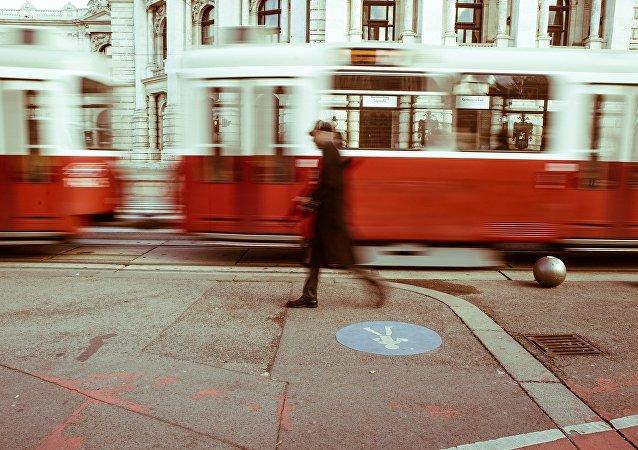 Un hombre caminando (imagen referencial)