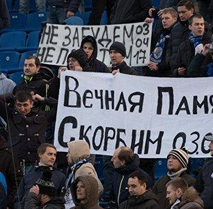 Los fans de Zenit en un momento de silencio por los fallecidos en el ataque terrorista en el metro de San Petersburgo