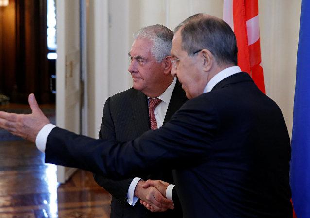 Ministro de Asuntos Exteriores de Rusia, Serguéi Lavrov, y secretario de Estado de EEUU, Rex Tillerson (archivo)
