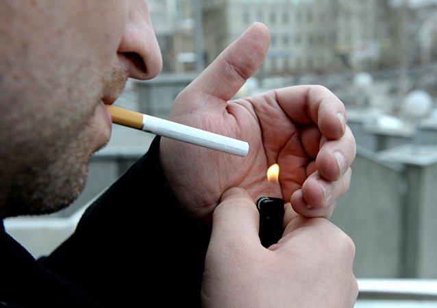 Un fumador (Archivo)