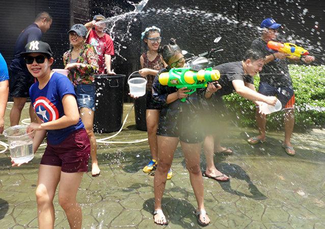 Juegos con pistolas de agua durante la celebración del Año Nuevo Budista en Thailand
