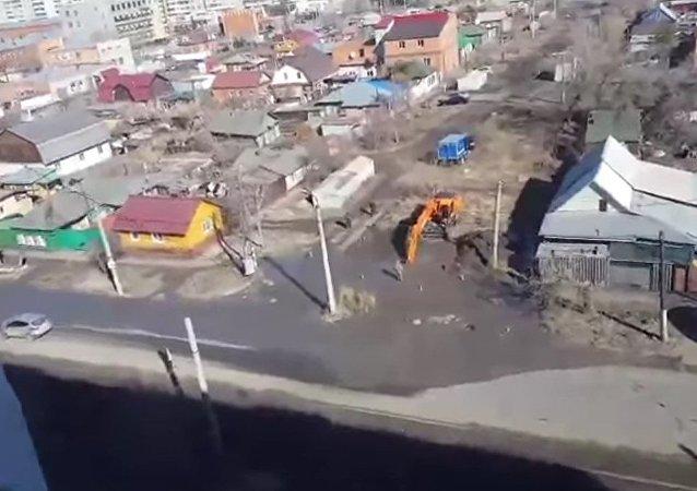 Una excavadora daña una tubería de suministro de agua