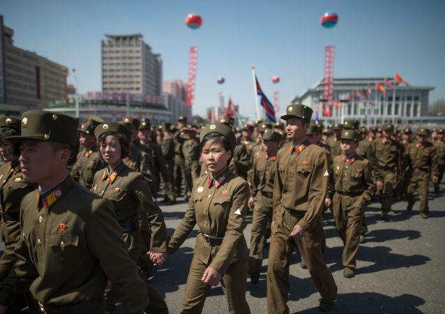 Militares norcoreanos en Pyongyang