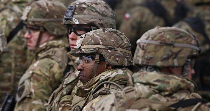 Soldados participan del saludo oficial de un grupo militar de la OTAN en la ciudad polaca Orzysz