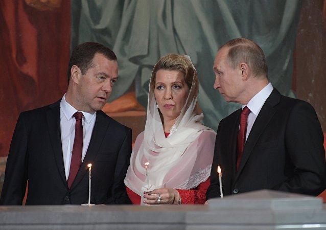 Primer ministro ruso, Dmitri Medvédev, con su esposa Svetlana y presidente ruso, Vladímir Putin