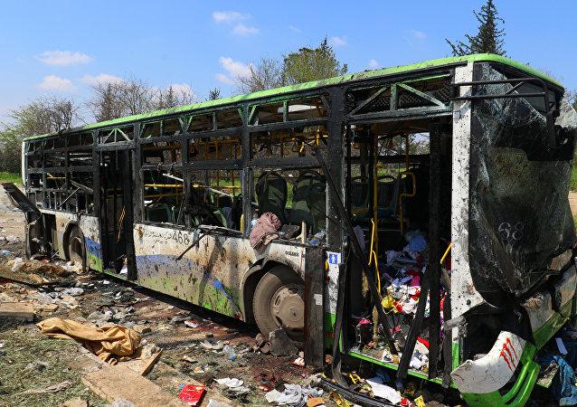 Consecuencias del atentado en el barrio de Al Rashidín, en las afueras de Alepo, Siria