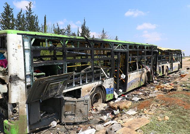 Los autobuses tras la explosión en el barrio de Al Rashidín, en las afueras de Alepo, Siria