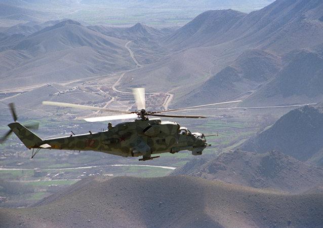 Un helicóptero Mi-24 sobre el camino Kabul-Herat