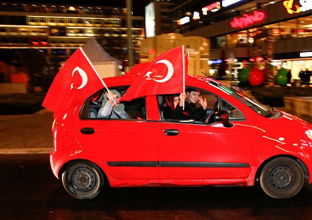 Partidarios de Erdogan tras el reférendum