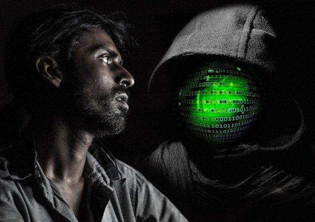 Un hombre asustado y un pirata informático