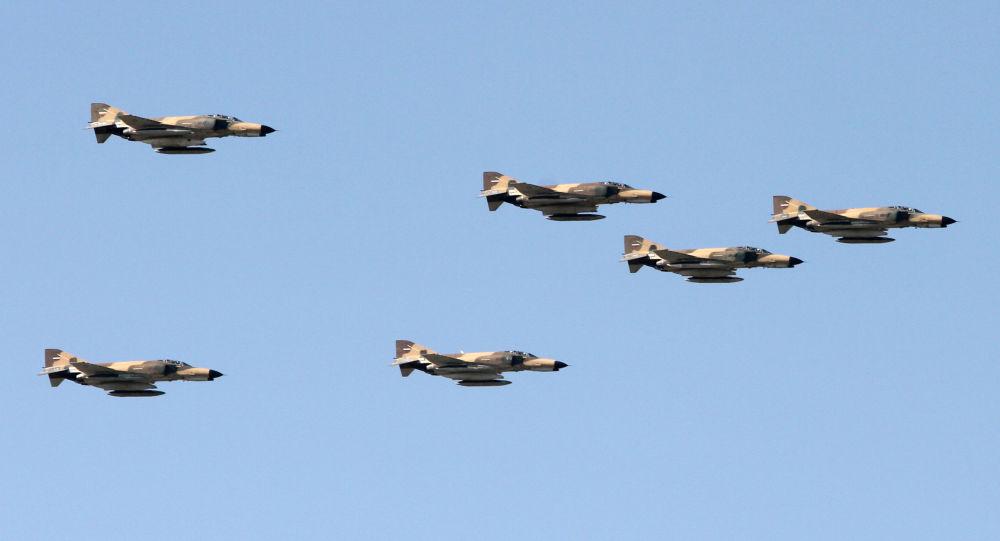 Cazas F-4 Phantom durante un desfile militar en Teherán