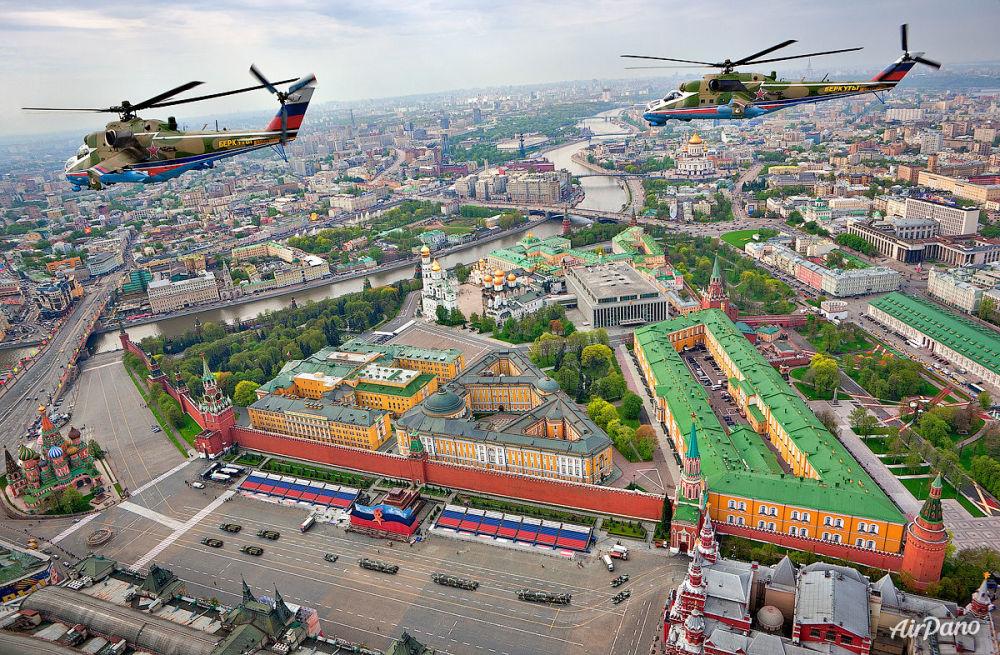 El grupo de alto pilotaje Bérkuti sobre la Plaza Roja de Moscú