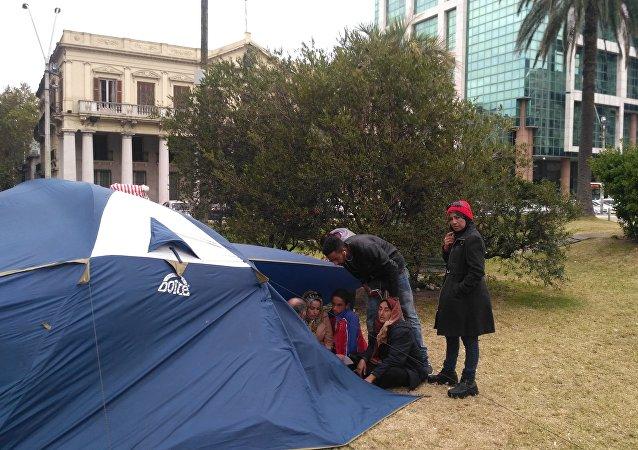 Refugiados sirios protestan frente a la Torre Ejecutiva en Montevideo, Uruguay