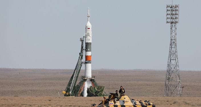 El personal de seguridad junto a la nave espacial Soyuz MS-04 (archivo)