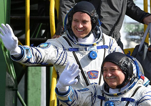 Los tripulantes de Soyuz MS-04, el estadounidense Jack Fischer (derecha) y el ruso Fiódor Yurchijin (izquierda)