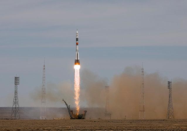 La nave rusa Soyuz MS-04 con dos tripulantes a bordo partiendo rumbo a la EEI