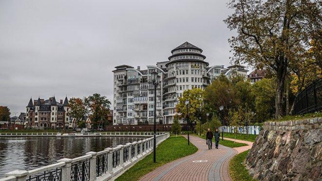 La región de Kaliningrado es un exclave de Rusia justo al centro de la región del Báltico. Comparte sus fronteras con Polonia y Lituania, ambos países miembros de la OTAN, por lo que es considerado un punto estratégico y uno de los distritos militares más protegidos de Rusia.