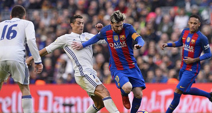 Cristiano Ronaldo y Lionel Messi durante un partido en 2016
