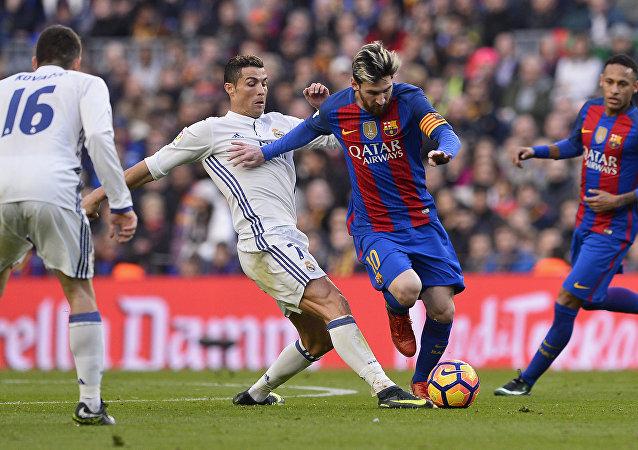 Cristiano Ronaldo y Lionel Messi durante un partido (archivo)