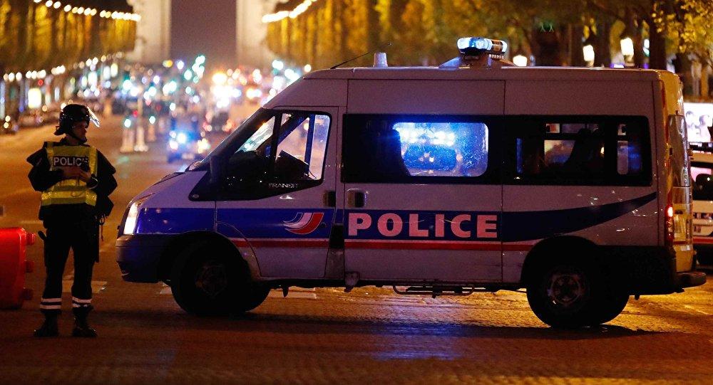 La policía francesa en la Avenida de los Campos Elíseos, París, Francia (archivo)