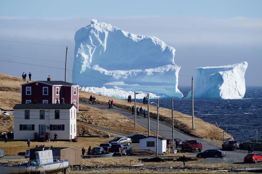 Los habitantes de Ferryland contemplan el primer iceberg de esta temporada que está a la deriva cerca de las costas de Canadá
