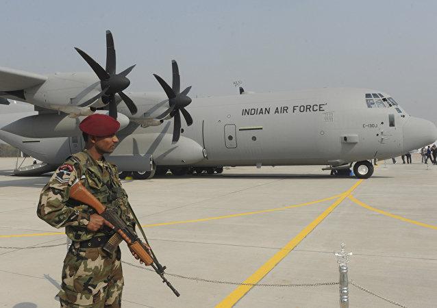 Soldado indio frente a un C-130J Super Hercules de EEUU (archivo)