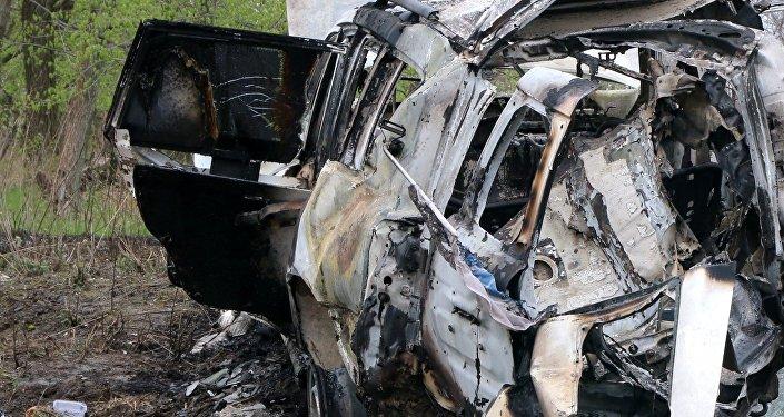 Efectos de una mina sobre un coche de observadores de la OSCE en Donbás (archivo)