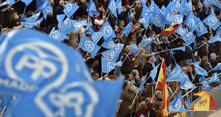 Las banderas de España y del Partido Popular