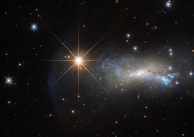 Galaxia NGC 7250, 'eclipsada' por una potente corriente de radiación de la estrella TYC 3203-450-1