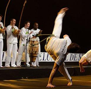 Demostración de capoeira por el grupo Senzala Evry en Francia