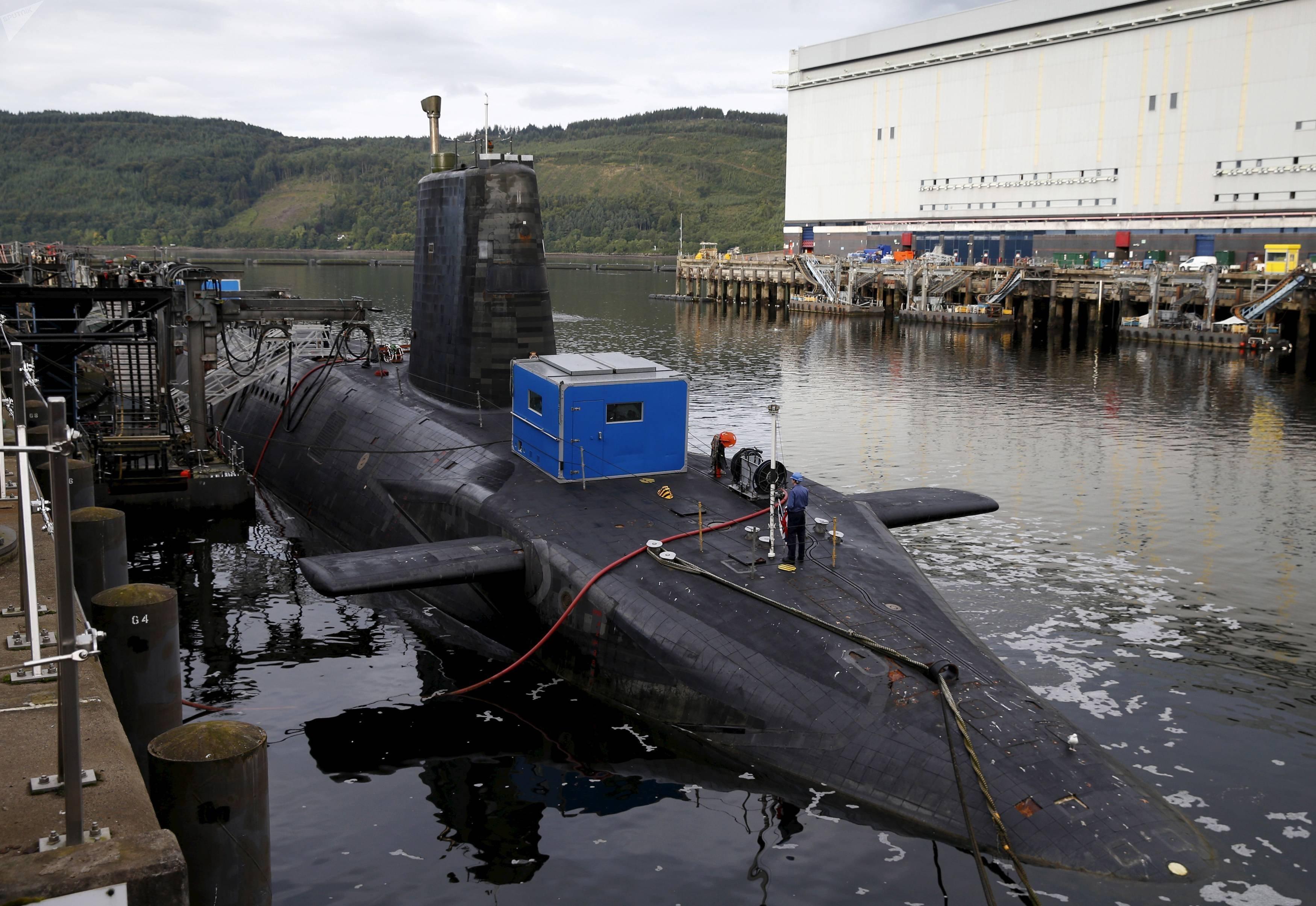 Un submarino nuclear en la base naval de la Marina Real Británica en Faslane, Escocia