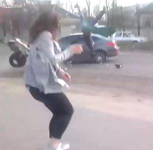 Una ucraniana provoca un terrible accidente al bailar provocativamente en una carretera