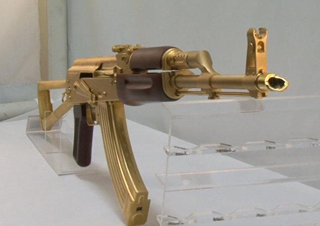 Fabrican un AK-47s de oro en Texas