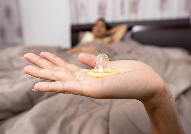 Una mujer con un condón