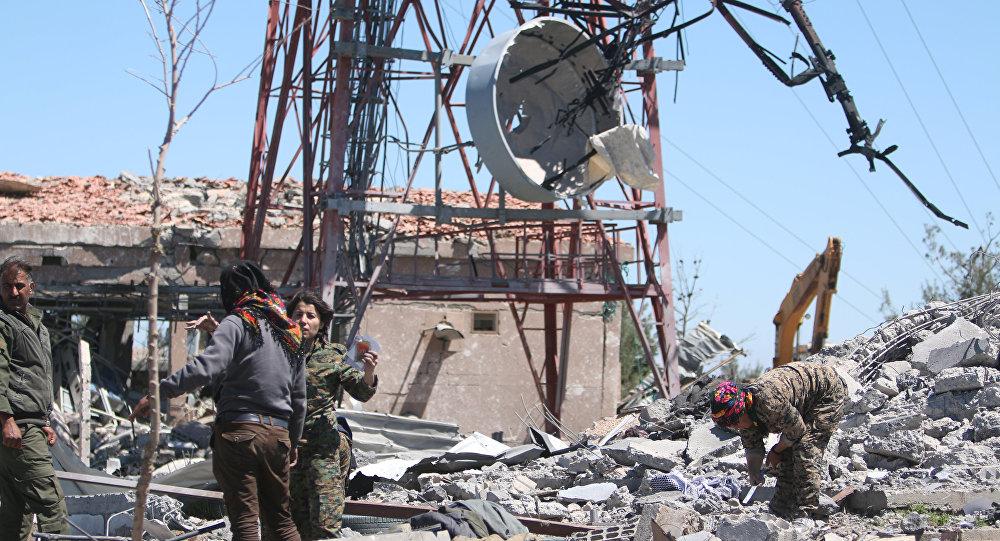 Kurdos examinan los daños tras el ataque de Turquía