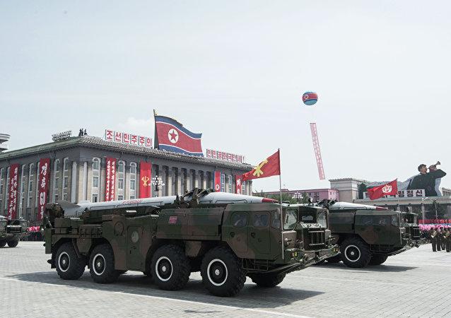Sistema de misiles  KN-02 durante el desfile militar en Pyongyang (Archivo)