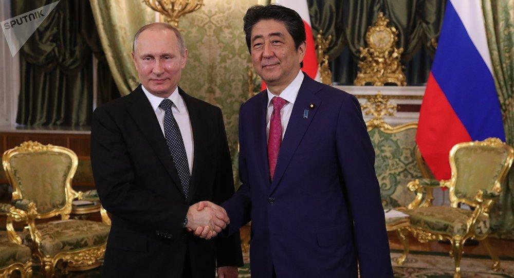 Vladímir Putin, presidente de Rusia, y Shinzo Abe, primer ministro de Japón, durante el encuentro en Moscú el 27 de abril 2017