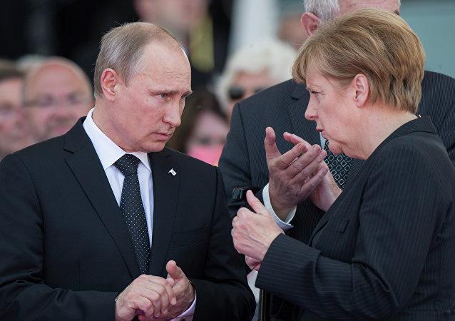 Presidente ruso, Vladímir Putin y canciller alemana, Angela Merkel (Archivo)