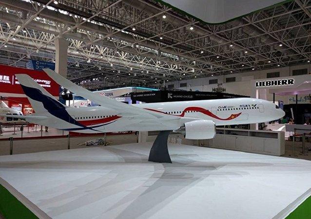 La maqueta del avión de pasajeros ruso-chino de ancho fuselaje C929 / ShFDMS presentada en la feria aeroespacial Airshow China 2016