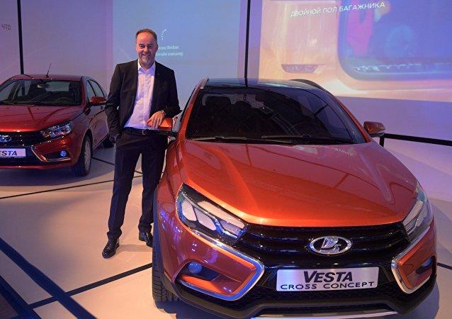 El diseñador de AvtoVAZ Steve Mattin junto al automóvil Lada Vesta en la apertura de la primera Bienal de Diseño de Moscú, 10 de abril de 2017