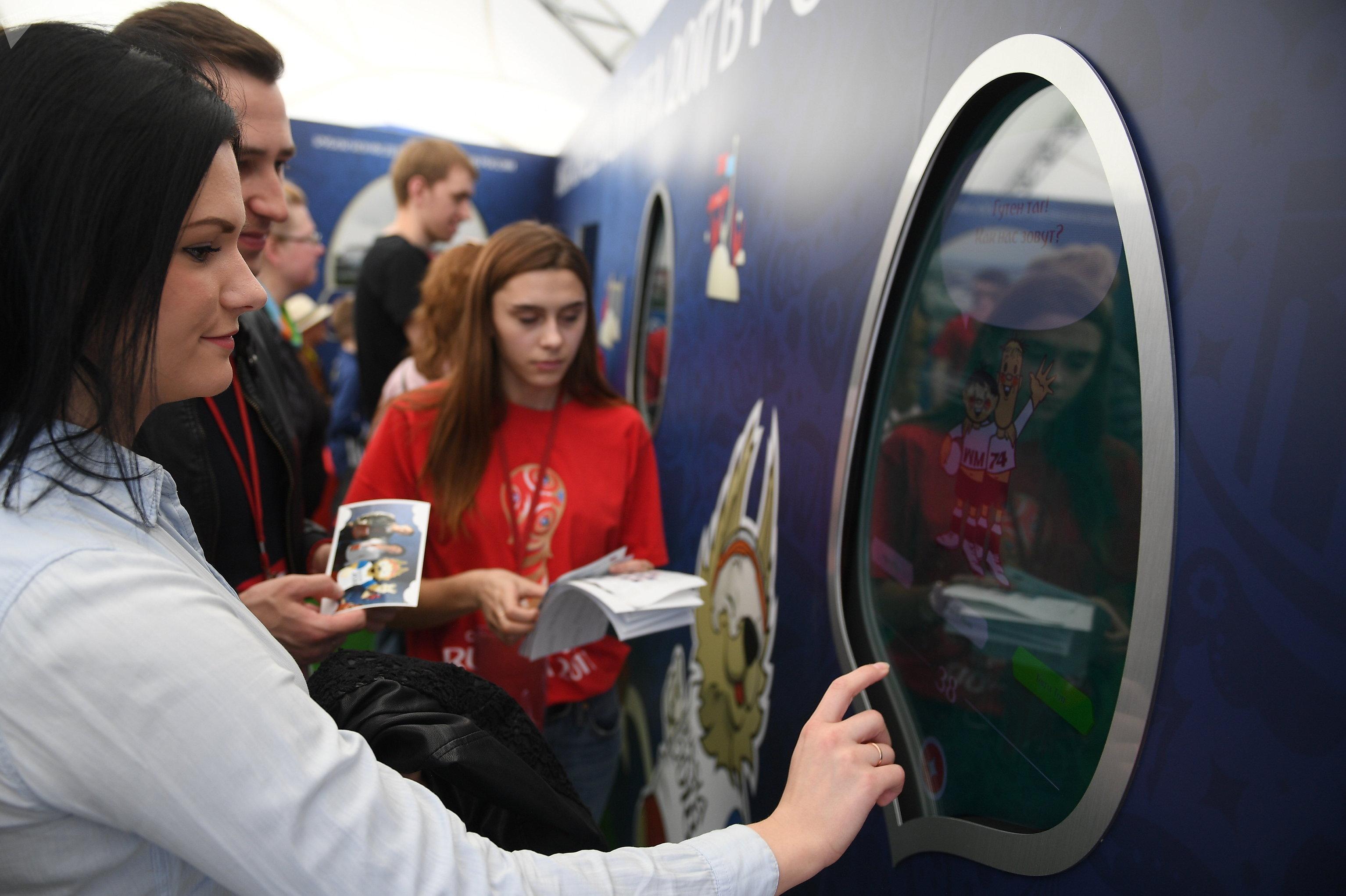 Los visitantes miran la pantalla interactiva del parque