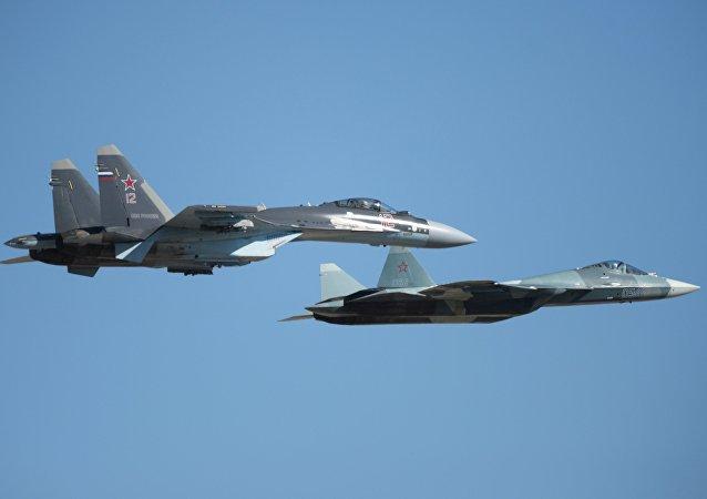 Cazas rusas Su-35S y T-50