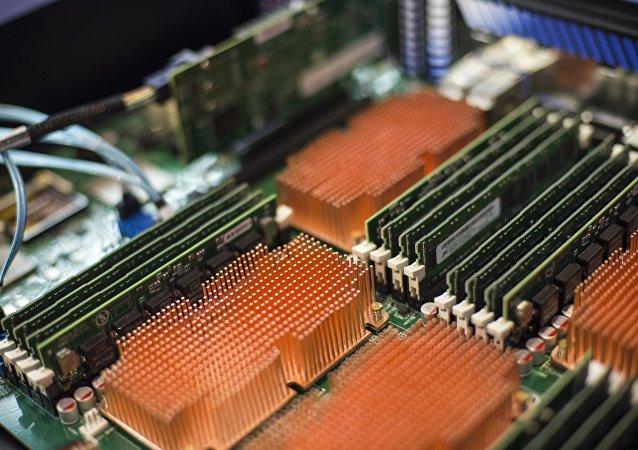 Parte de la placa del sistema del servidor de producción rusa  sobre la base de la plataforma Elbrús
