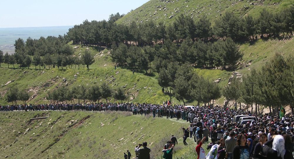 La gente se reunió cerca de la sede de las unidades de protección del pueblo kurdo (YPG) después de ser golpeado por los ataques aéreos turcos en el Monte Karachok cerca de Malikiya