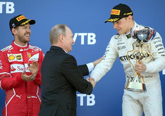 El presidente ruso Vladímir Putin asiste a la carrera de Fórmula 1 en Sochi