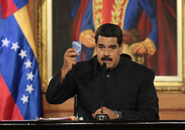 Nicolás Maduro, presidente de Venezuela, con una copia de la Constitución de Venezuela (archivo)