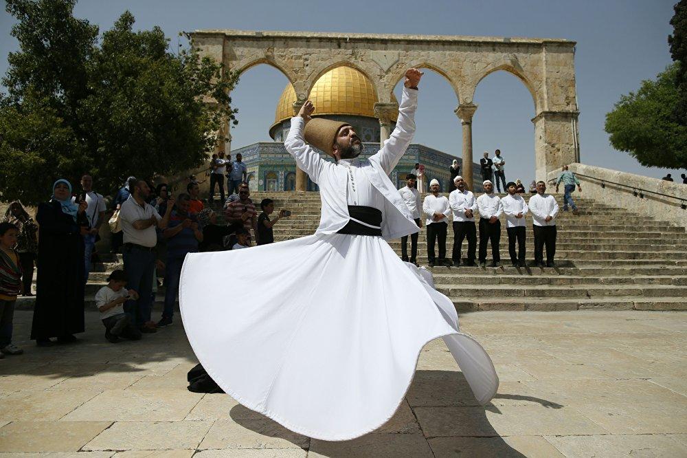 Un derviche —especie de monje musulmano— se presenta en la Mezquita de Al-Aqsa en Jerusalén durante la ceremonia de ascensión del profeta Mahoma