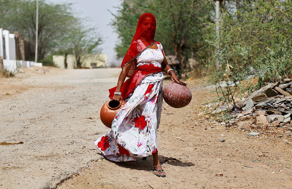 Una mujer busca agua en la ciudad india de Ajmer