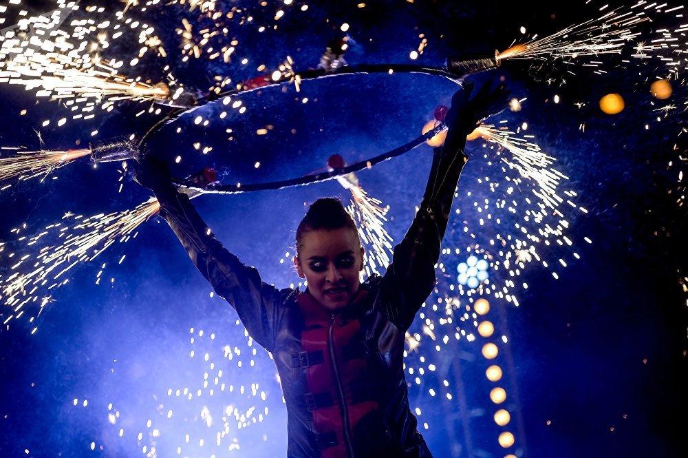 Un espectáculo con fuego en el primer Festival de los Enamorados del centro de la cultura y el entretenimiento de Moscú 'Kremlin en Izmailovo'