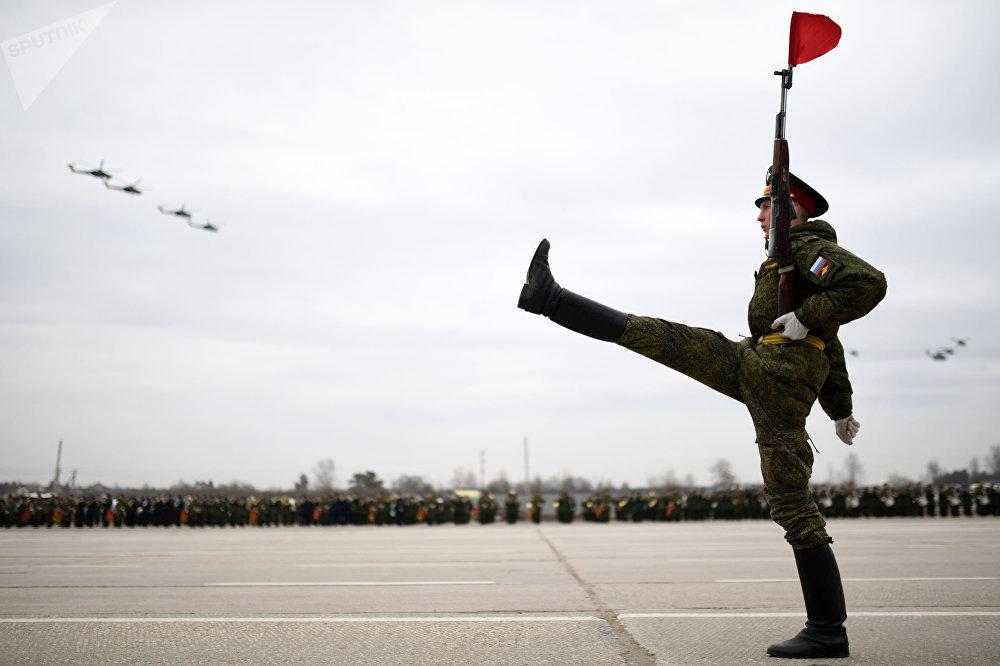 El entrenamiento conjunto de una escuadra, una columna mecanizada y aviación para el desfile del Día de la Victoria